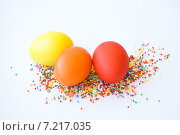 Раскрашенные пасхальные яйца с цветной кондитерской присыпкой. Стоковое фото, фотограф Анастасия Ульянова / Фотобанк Лори