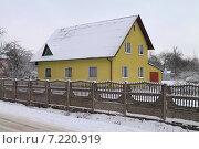 Купить «Двухэтажный желтый дом за забором зимним днем», эксклюзивное фото № 7220919, снято 21 января 2015 г. (c) Михаил Рудницкий / Фотобанк Лори