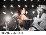 Купить «Суперзвезда или кино-дива позирует для папарацци», фото № 7221871, снято 21 октября 2018 г. (c) Дарья Петренко / Фотобанк Лори
