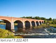 Старый кирпичный мост через реку Вента. Латвия, Кулдига (2014 год). Стоковое фото, фотограф Юлия Бабкина / Фотобанк Лори