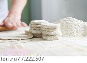 Купить «Женщина готовит карельские пирожки», фото № 7222507, снято 9 февраля 2013 г. (c) Dorokhova Tatiana / Фотобанк Лори