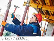 Купить «construction worker installer», фото № 7223075, снято 3 апреля 2015 г. (c) Дмитрий Калиновский / Фотобанк Лори