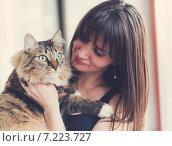 Купить «Пушистый кот на руках своей хозяйки», фото № 7223727, снято 3 апреля 2015 г. (c) Валерия Потапова / Фотобанк Лори