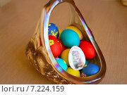 Крашеные пасхальные яйца в красивой корзине. Редакционное фото, фотограф Юлия Лифарева / Фотобанк Лори