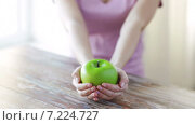 Купить «close up of young woman hands showing green apple», видеоролик № 7224727, снято 19 марта 2015 г. (c) Syda Productions / Фотобанк Лори