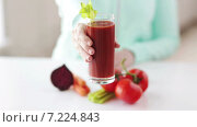 Купить «close up of woman hands with juice and vegetables», видеоролик № 7224843, снято 20 марта 2015 г. (c) Syda Productions / Фотобанк Лори
