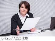 Деловая женщина с ручкой и документами сидит за столом в офисе. Стоковое фото, фотограф Александр Лычагин / Фотобанк Лори