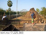 Фотограф на руинах старинного буддистского храма. Си-Сатчаналай, Таиланд (2014 год). Редакционное фото, фотограф Виктор Карасев / Фотобанк Лори