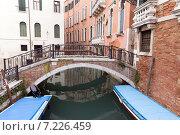 Купить «Мост через канал в Венеции. Италия», фото № 7226459, снято 4 ноября 2013 г. (c) Евгений Ткачёв / Фотобанк Лори