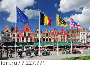 Купить «Medieval style shops and restaurants around the market place (Grote Markt) in Bruges Belgium.», фото № 7227771, снято 25 мая 2019 г. (c) BE&W Photo / Фотобанк Лори