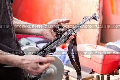 Оружие в руках мужчины