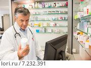 Senior pharmacist using the computer. Стоковое фото, агентство Wavebreak Media / Фотобанк Лори