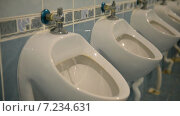 Купить «Общественный мужской туалет», видеоролик № 7234631, снято 8 апреля 2015 г. (c) Mikhail Erguine / Фотобанк Лори