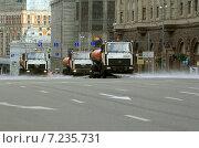 Машины поливают Тверскую улицу в Москве (2013 год). Редакционное фото, фотограф Александр Кожухов / Фотобанк Лори