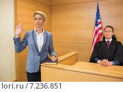 Witness taking an oath. Стоковое фото, агентство Wavebreak Media / Фотобанк Лори