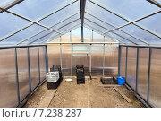 Купить «Внутри новой поликарбонатной теплицы с двухскатной крышей», фото № 7238287, снято 5 апреля 2015 г. (c) Евгений Ткачёв / Фотобанк Лори