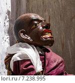 Монах исполняет священный танец масок Чам (Cham dance) на буддийском фестивале в монастыре Курча (Карша) в Гималаях, в Занскаре, северная Индия (2012 год). Редакционное фото, фотограф Олег Иванов / Фотобанк Лори
