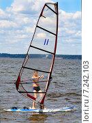 Мальчик учится виндсерфингу на море в ясный солнечный день (2013 год). Редакционное фото, фотограф Мячикова Наталья / Фотобанк Лори