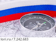 Купить «Компас на фоне российского триколора», фото № 7242683, снято 4 апреля 2015 г. (c) Сергей Сергеев / Фотобанк Лори