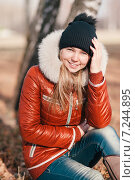 Купить «Портрет улыбающейся девушки солнечным днем в парке», фото № 7244895, снято 26 октября 2014 г. (c) Владимир Крупенькин / Фотобанк Лори