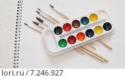 Кисти и акварельные краски на альбоме для рисования. Стоковое фото, фотограф yaray / Фотобанк Лори