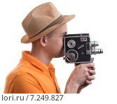 Мужчина снимает на старинную видеокамеру. Стоковое фото, фотограф Александр Лычагин / Фотобанк Лори