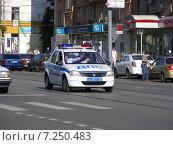 Купить «Полицейский автомобиль на Первомайской улице в Измайлове в Москве», эксклюзивное фото № 7250483, снято 31 мая 2014 г. (c) lana1501 / Фотобанк Лори