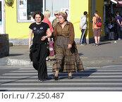 Купить «Люди переходят дорогу по пешеходному переходу, 9-ая Парковая улица, Москва», эксклюзивное фото № 7250487, снято 31 мая 2014 г. (c) lana1501 / Фотобанк Лори