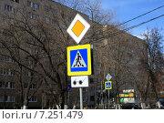 Купить «Дорожный знак. Главная дорога и пешеходный переход», эксклюзивное фото № 7251479, снято 13 апреля 2015 г. (c) Яна Королёва / Фотобанк Лори