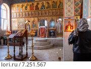 Женщина молится в православном храме на Пасху. Стоковое фото, фотограф FotograFF / Фотобанк Лори