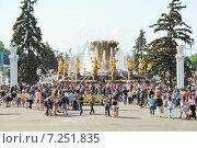 Купить «Народные гулянья у фонтана «Дружба народов СССР» на ВДНХ», эксклюзивное фото № 7251835, снято 18 мая 2014 г. (c) Алёшина Оксана / Фотобанк Лори