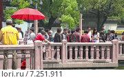Купить «Люди в Саду Юйюань в Шанхае», видеоролик № 7251911, снято 8 мая 2014 г. (c) Кирилл Трифонов / Фотобанк Лори