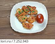 Купить «Куриный попкорн с помидором на белой тарелке», фото № 7252943, снято 24 марта 2015 г. (c) Александр Fanfo / Фотобанк Лори