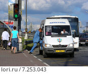Купить «Посадка пассажиров в маршрутное такси № 516м (716) на остановке. Щелковское шоссе, Москва», эксклюзивное фото № 7253043, снято 29 июня 2009 г. (c) lana1501 / Фотобанк Лори