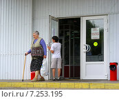 Купить «Покупатели выходят из магазина Пятерочка», эксклюзивное фото № 7253195, снято 22 июня 2009 г. (c) lana1501 / Фотобанк Лори