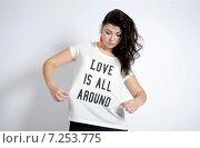 """Девушка в футболке с надписью """"love is all around"""" (2014 год). Редакционное фото, фотограф Эллина Туровская / Фотобанк Лори"""