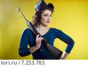 Портрет привлекательной девушки с ружьем. Стоковое фото, фотограф Эллина Туровская / Фотобанк Лори