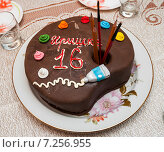 Самодельный торт в виде коробки с красками стоит на столе. Стоковое фото, фотограф Игорь Низов / Фотобанк Лори