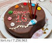 """Самодельный торт надписью """"Иришке 16 лет"""" стоит на столе. Стоковое фото, фотограф Игорь Низов / Фотобанк Лори"""