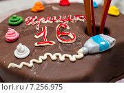 """Самодельный торт надписью """"Иришке 16 лет"""" стоит на столе. Крупный план. Стоковое фото, фотограф Игорь Низов / Фотобанк Лори"""