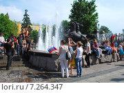 Купить «Люди у фонтанной группы из трёх сооружений: «Гейзер», «Завеса» и «Водопад». Центром композиции является скульптура «Времена года». Москва», эксклюзивное фото № 7264347, снято 12 июня 2009 г. (c) lana1501 / Фотобанк Лори