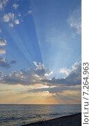 Купить «Лучи заходящего солнца, расходящиеся от туч над морем летним вечером», фото № 7264963, снято 29 июля 2013 г. (c) Александр Замараев / Фотобанк Лори
