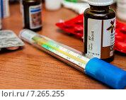 Купить «Градусник, таблетки и баночки с лекарствами лежат на тумбочке», эксклюзивное фото № 7265255, снято 15 апреля 2015 г. (c) Игорь Низов / Фотобанк Лори