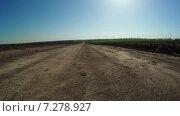 Купить «Грунтовая дорога в поле», видеоролик № 7278927, снято 11 апреля 2015 г. (c) Потийко Сергей / Фотобанк Лори
