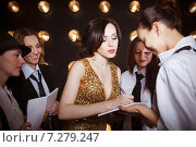 Купить «Суперзвезда в толпе поклонников дает автограф», фото № 7279247, снято 21 октября 2018 г. (c) Дарья Петренко / Фотобанк Лори