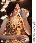 Купить «Суперзвезда в золотом блестящем платье», фото № 7279251, снято 21 октября 2018 г. (c) Дарья Петренко / Фотобанк Лори