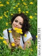 Красивая молодая девушка среди одуванчиков. Стоковое фото, фотограф Сергей Попсуевич / Фотобанк Лори
