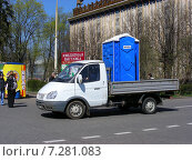 Купить «Грузовая машина везет туалетную кабинку. ВДНХ (ВВЦ). Москва», эксклюзивное фото № 7281083, снято 2 мая 2009 г. (c) lana1501 / Фотобанк Лори