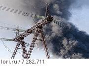 Линии электропередач на фоне клубов черного дыма. Стоковое фото, фотограф Олег Брагин / Фотобанк Лори