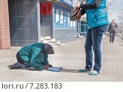 Девушка ищет мелочь на подаяние профессиональной попрошайке (2015 год). Редакционное фото, фотограф Сайганов Александр / Фотобанк Лори